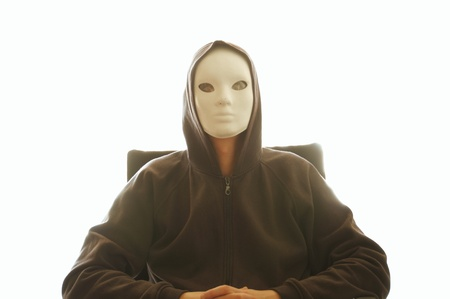 avenger: Hombre con m�scara blanca sentado en una silla. Retroiluminada silueta fantasmag�rica figura masculina. Foto de archivo
