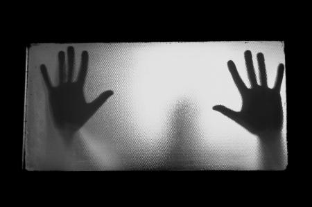 Spooky Mann hinter Glas. Hände und verschwommene menschliche Figur Abstraktion.