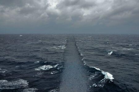 Oceaanwater droge grond pad Bijbelse zeereizen religie en geloof abstract