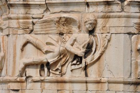 friso: Torre de los Vientos friso detalle de dios del viento que empuja la popa de un barco. Ancient Agora, Atenas, Grecia.