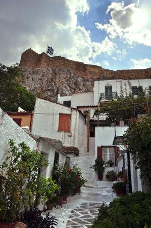 cycladic: Piccole case nel tradizionale quartiere Anafiotica sotto l'Acropoli. Cicladi isole architettura in stile villaggio, nella citt� di Atene, in Grecia.