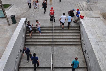syntagma: ATENE, GRECIA - 9 giugno 2014 persone presso le scale della stazione della metropolitana Syntagma, Atene Grecia Editoriali