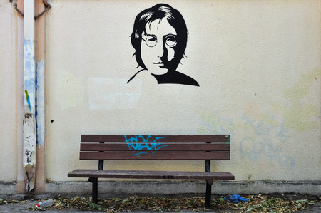 ビートルズ肖像画ステンシル落書きの壁の質感と木製のベンチからアテネ, ギリシャ - 2014 年 8 月 30 日: 有名な音楽家ジョン ・ レノン 報道画像