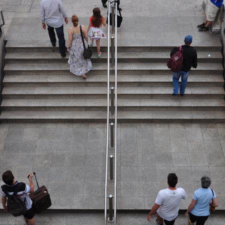 syntagma: ATENE, GRECIA - 9 giugno 2014: La gente che cammina su per le scale della stazione della metropolitana Syntagma. Quotidiana scena di strada di vita nel centro di Atene, in Grecia.