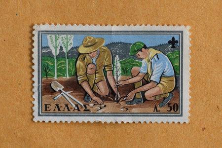 sembrando un arbol: GRECIA CIRCA 1960: Dos boy scouts que plantan un �rbol en la ilustraci�n Vendimia sello impreso por el Post Hel�nica.