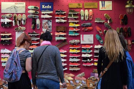 tienda de zapatos: ATENAS GRECIA 27 de abril 2015: Mujer que mira el escaparate con calzado casual y calzado. Editorial