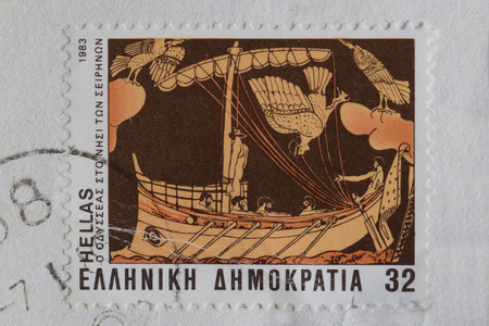 GRIEKENLAND CIRCA 1983: Ulysses gebonden aan het schip mast hoort de betoverende sirenes lied mythisch wezen half vrouw half vogel hybride. Odyssee scene detail van oude Griekse vaas op vintage postzegel gedrukt door de Hellenic Post. Stockfoto - 40667972