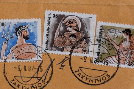 diosa griega: GRECIA CIRCA 1986: Poseidon antiguo dios griego del mar Atenea diosa de la sabiduría y Hestia diosa del hogar y la familia valora ilustraciones mitología en los sellos postales de época impresos y matasellos por el Hellenic Post.