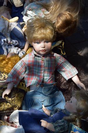 juguetes antiguos: ATENAS, GRECIA - 31 de mayo, 2015: boy antiguo y de la muchacha muñecas juguetes viejos para la venta en el mercado de pulgas. Editorial