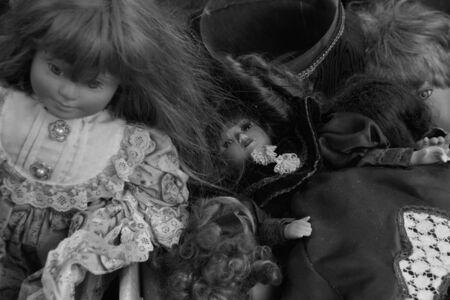 juguetes antiguos: ATENAS, GRECIA - 12 DE JUNIO, 2015: mu�ecas del Victo antiguos viejos juguetes en el mercado de la calle. En blanco y negro. Foto de archivo