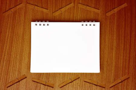 plane table: avi�n de papel en blanco vac�o de fondo en tablas de madera