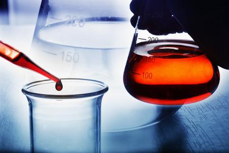 과학 실험실에서 화학 연구 스톡 콘텐츠