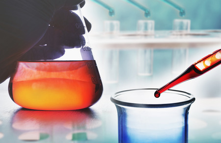 科学実験室で化学の研究