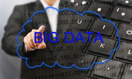 ビジネスの男性が大きなデータをタッチします。