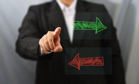 ビジネスの男性は、右または左を選択します。