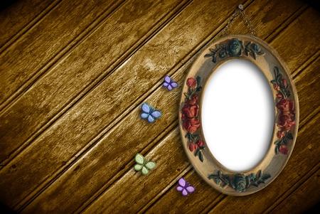 �valo: tabla vac�a colgada en una pared de madera y rom�ntica de mariposa
