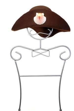 valores morales: sombrero de peregrino de Santiago en un maniqu� aislado sobre fondo blanco  Foto de archivo