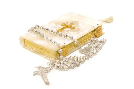 prima comunione: Libro di Rosario e la prima comunione isolato su sfondo bianco