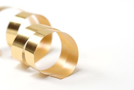 cinta: Tarjeta de Navidad cinta de oro sobre fondo blanco, con copia espacio