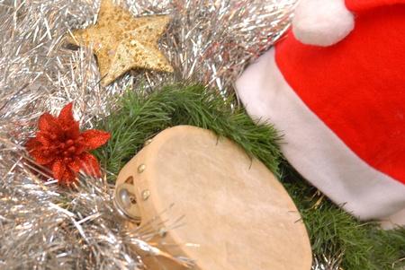 feliz: sombrero de Papá Noel, la pandereta y las decoraciones de Navidad