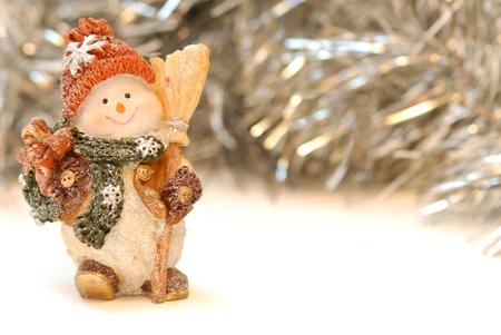 kopie: Vánoční přání, šťastný sněhulák a stříbrné pozlátko na bílém pozadí Reklamní fotografie