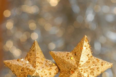 warm colors: La decoraci�n de Navidad dos estrellas en un fondo borroso con copyspace