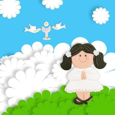 vormsel: brunette meisje eerste communie-kaart en de kelk in het bezit van duif Stockfoto