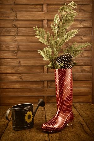 botas de lluvia: Fondo de la Navidad, botas de lluvia y regadera en el fondo de madera r�stica