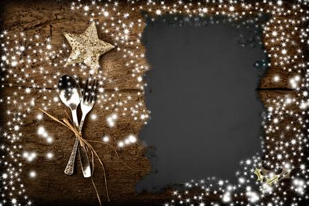 comida de navidad: Antecedentes para escribir el menú de Navidad, el pergamino en la mesa de madera vieja con las estrellas