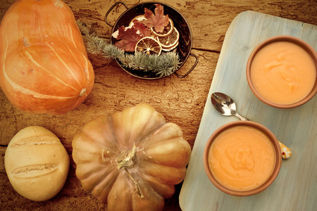 calabaza: Sopa de calabaza. Crema de calabaza en una mesa de madera rústica