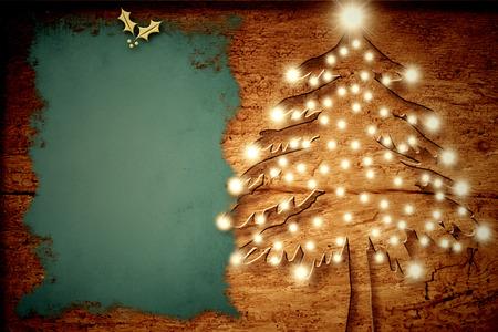 Tarjeta de Navidad rústico, árbol de navidad con luces de madera vieja