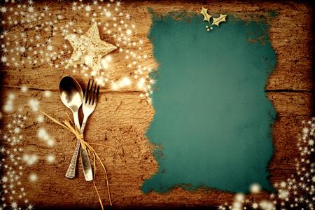 comida de navidad: Antecedentes para escribir el menú de Navidad, pergamino en la mesa de madera vieja con las estrellas