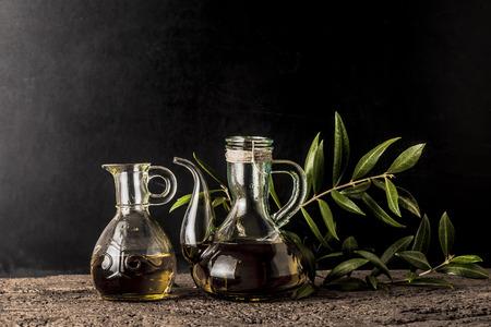 aceite de oliva: aceite de oliva virgen extra en el fondo rústico