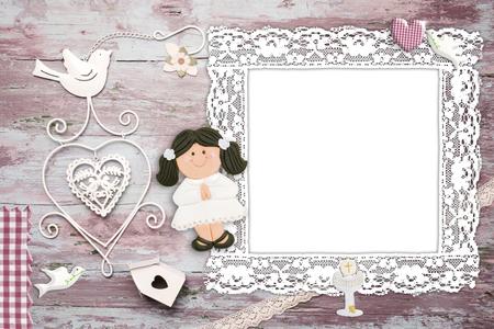 primera comunion: Primera invitación de la comunión de fondo para la muchacha, vintage marco de fotos vacío y símbolos cristianos