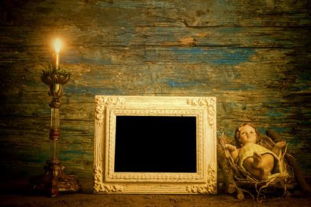 Kartka świąteczna ramka, Dzieciątko Jezus i zapalona świeca z pusta rocznika ramki do zapisu tekstu lub umieścić zdjęcie Zdjęcie Seryjne