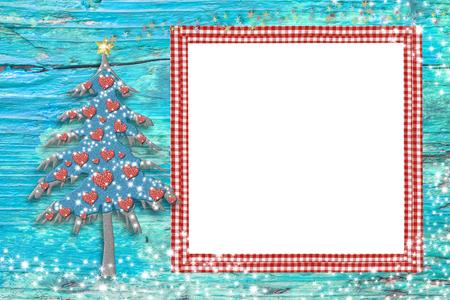 corazones azules: foto marcos de Navidad, tarjetas de árbol lindo y un marco vacío de color rojo para poner la foto en un fondo de madera azul con las estrellas Foto de archivo