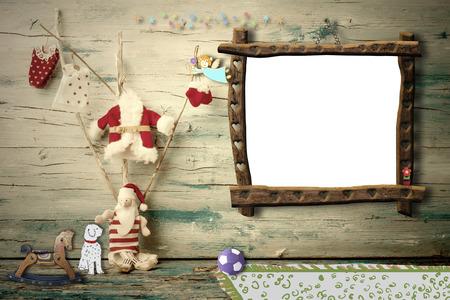 juguetes antiguos: Composición Alegre Santa Claus navidad, perro y juguetes antiguos de interior con el marco vacío para el mensaje o la foto