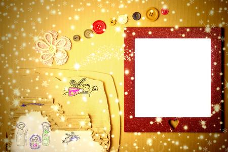 estrella de belen: tarjeta alegre marco de la foto de la Navidad, dibujo cuna del niño de Belén en una caja de cartón y la estrella de belén hecho con una flor y botones Foto de archivo