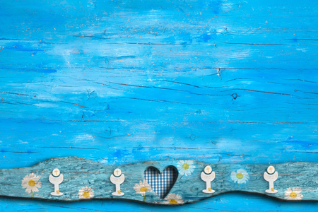 De eerste uitnodigingen van de Heilige Communie, miskelk, hart op blauwe houten achtergrond met lege ruimte voor tekst en foto's. Stockfoto