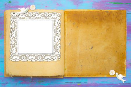 Eerste communie-uitnodigingen, open boek met duiven en speciale host met leeg fotolijstje en ruimte voor tekst. Stockfoto
