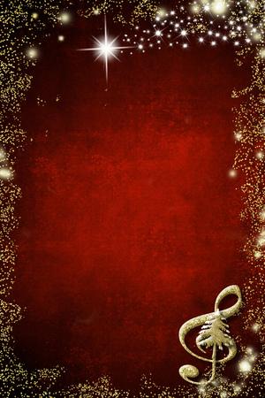 Fondo musical de navidad. Clave de sol y árbol de Navidad dorado brillo textura sobre fondo rojo con espacio de copia. Imagen vertical.