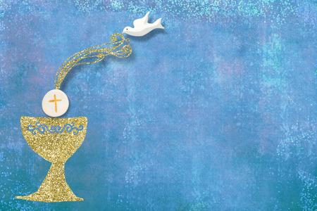 Zaproszenia do Pierwszej Komunii Świętej, złoty kielich i gołąbka na niebieskim tle z pustym miejscem na tekst i zdjęcia