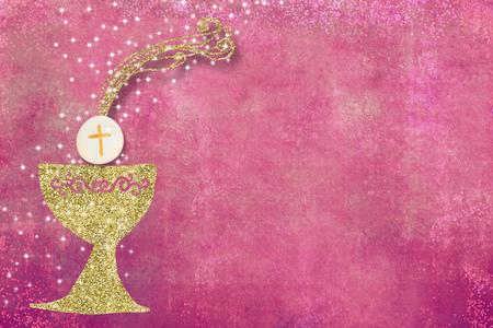 最初の聖なる交わりの招待状、テキストや写真のための空きスペースとピンクの背景に金の聖杯 写真素材