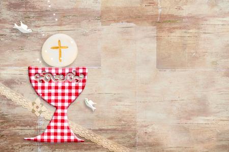 Pierwsza karta zaproszenie na komunię świętą. Ładny czerwony kielich i gołąb na drewnianym z miejscem na kopię, aby umieścić tekst