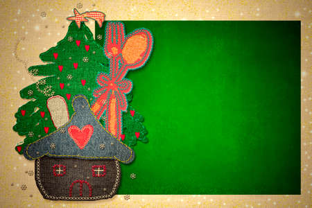 Childrens Christmas menu background. Green paper board on rustic tablecloth and childhood Christmas decorations, blank space to write menu or recipes. 免版税图像