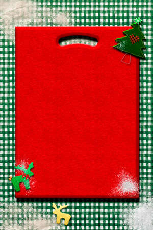 Christmas menu background. Red vintage cutting board on rustic tablecloth with flour and Christmas decorations, blank space to write menu or recipes. 免版税图像