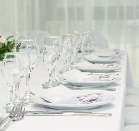 cristalería: servir de mesa para una cena en un restaurante