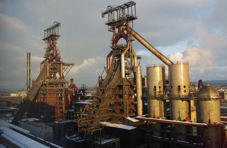 Industriële installatie voor de productie van metaalsmelting Stockfoto - 91573197
