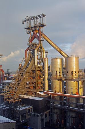Hoogovens: industriële installaties voor de productie van metaalsmelting Stockfoto - 91553381