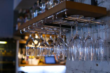 cabeza abajo: Muchos de ellos, un gran número de vasos de vino colgando boca abajo en el café storane Foto de archivo